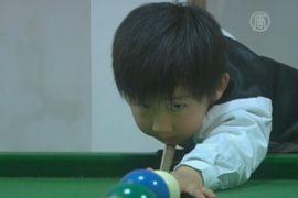 4-летний китаец играет в бильярд лучше мастеров