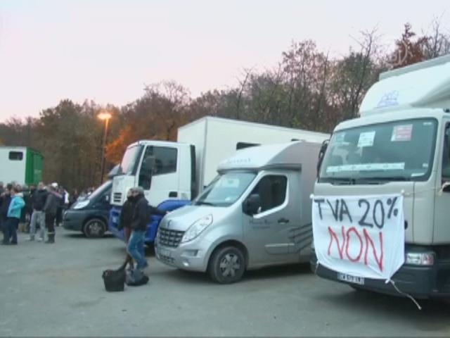 Грузовики с лошадьми заблокировали дороги к Парижу