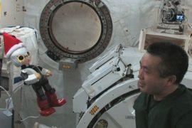 Японца на МКС развлекает робот