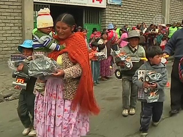 Боливийским бедным детям раздали игрушки
