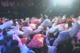 Бой подушками помогает шанхайцам «разрядиться»