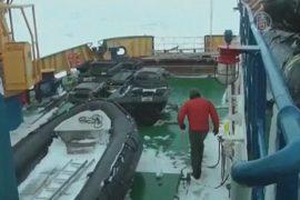 Застрявшее в Антарктике судно ждёт помощи