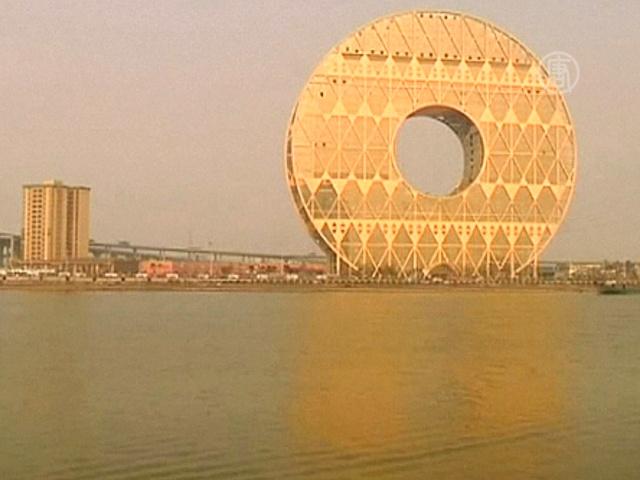 В Китае достроили спорное здание-монету