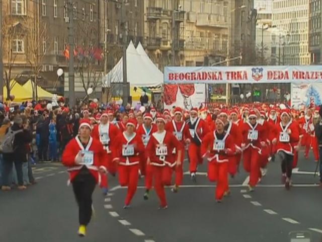 По Белграду пробежались тысячи Сант