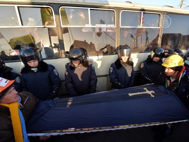 К резиденции Виктора Януковича принесли гроб