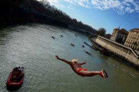Римляне прыгают с моста в реку в честь Нового года