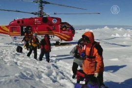 Пассажиров застрявшего судна вывезли на вертолете