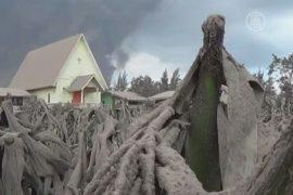 Вулкан Синабунг рушит дома и губит урожай
