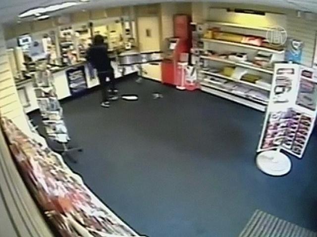 Упрямый грабитель залез через щель в потолке