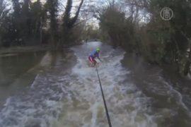 Сёрферы рассекают по лужам в затопленной Англии