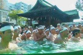 Японцы окунаются в ледяную воду ради очищения души