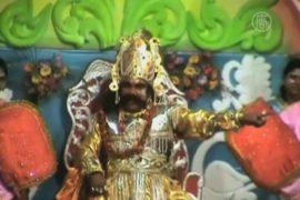 Индусы чествуют Кришну и играют в спектакле
