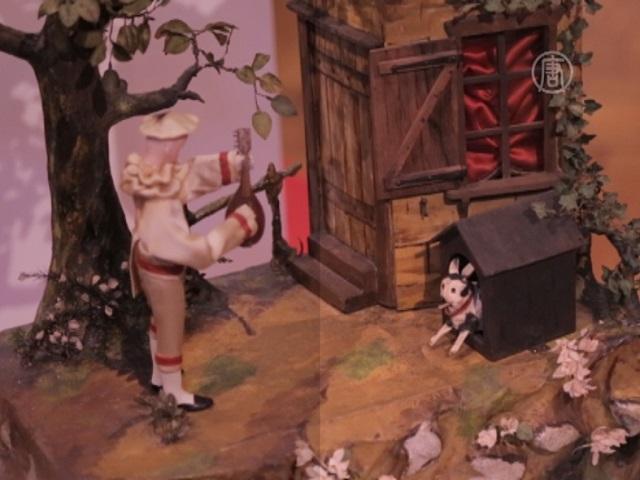 Старинные куклы танцуют для зрителей