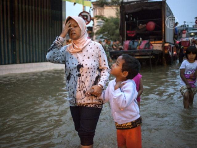 В ходе наводнения в Индонезии погибло 13 человек