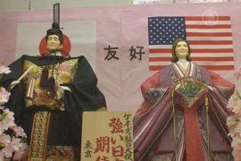 Японцы сделали куклы Синдзо Абэ и посла США