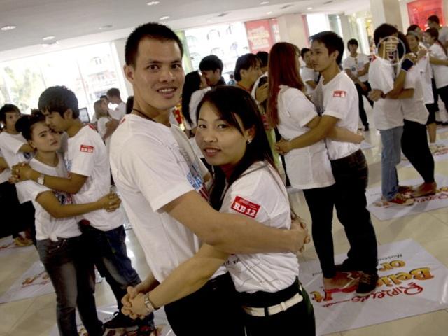 На самое долгое объятие соревновались в Таиланде