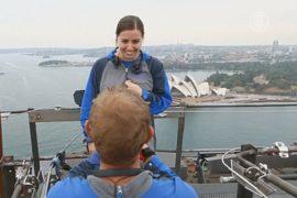 Влюблённые делают предложения на мосту в Сиднее