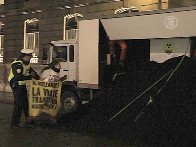 Вход в резиденцию Олланда завалили углём