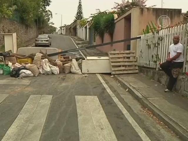 Протестующие в Венесуэле строят уличные баррикады