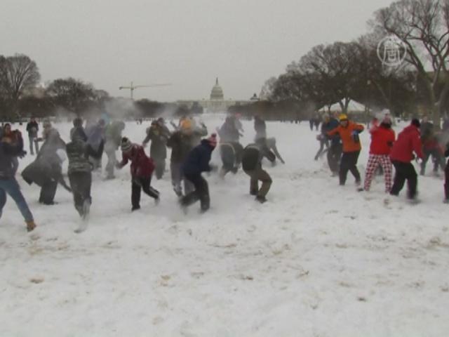 Вашингтонцы после непогоды вышли на битву снежками