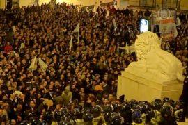 Протестующие полицейские столкнулись с коллегами