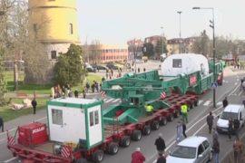 Автопоезд длиной с футбольное поле едет по Европе
