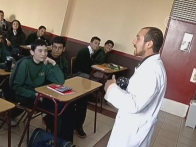 Учитель в Чили ведёт урок рэпом
