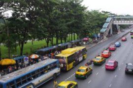 В Таиланде туристический автобус упал в ущелье