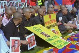 Тибетцы и уйгуры протестовали во время визита Си