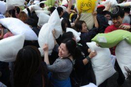 В Гонконге по стрессу ударили подушками