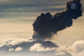 Вулкан Убинас в Перу выбрасывает пепел и газ