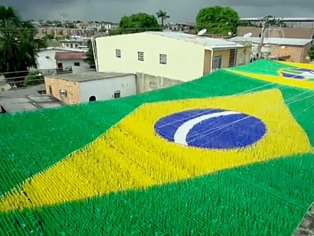 Бразильцы украшают улицы в честь Кубка мира ФИФА