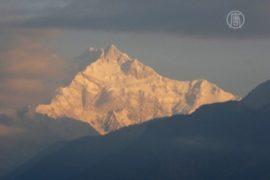 Шерпы хотят закрыть Эверест после схода лавины