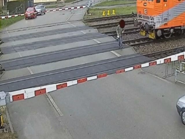 Камера наблюдения: пенсионера чуть не сбил поезд