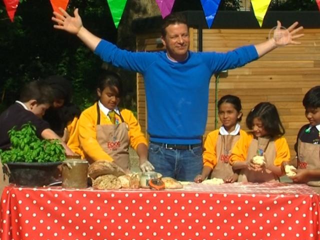 Джеймс Оливер приготовил с детьми здоровую еду