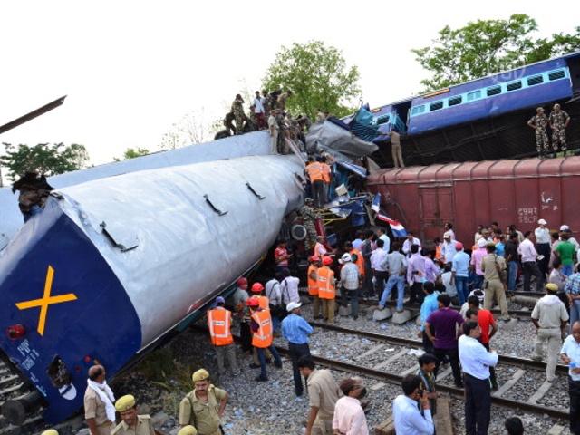 Число жертв ж/д-аварии в Индии растёт