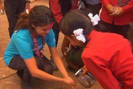 Селена Гомес научила детей Непала мыть руки