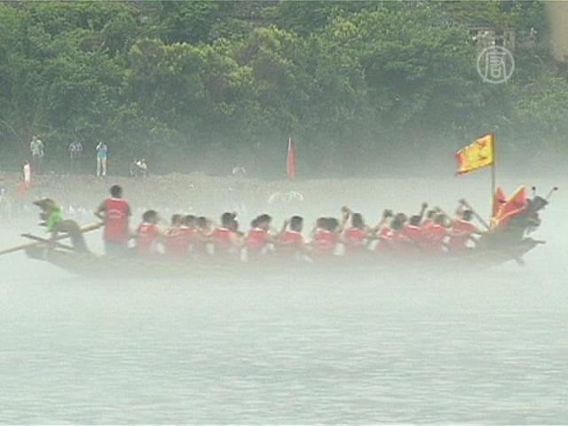 В Китае соревновались на лодках-драконах
