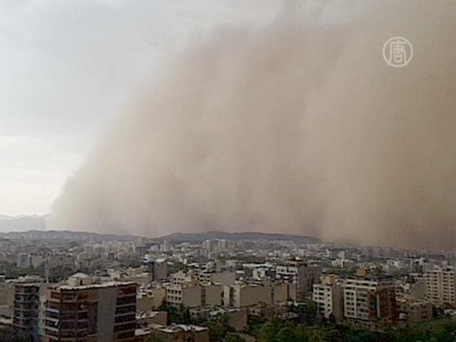 Мощнейшая песчаная буря обрушилась на Тегеран
