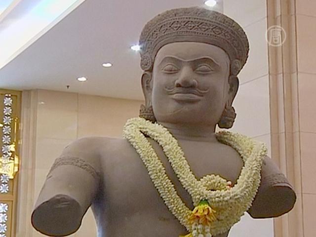 Камбодже вернули еще три древние статуи
