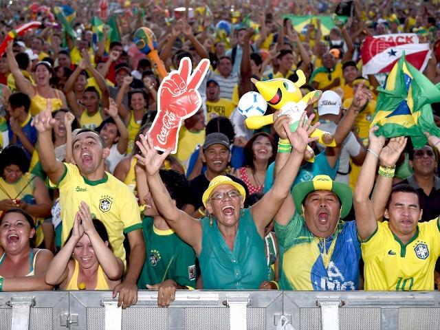 Бразильцы празднуют победу в первом матче ЧМ-2014