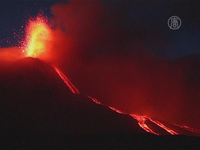 Из Этны вырывается лава