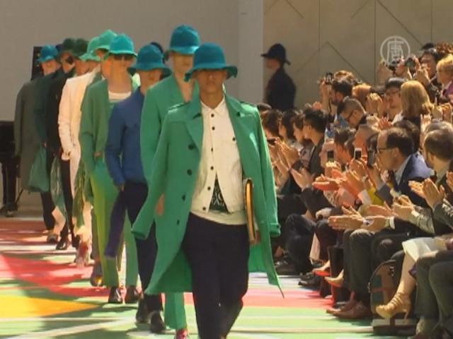 Мужчины от Burberry надевают цветные шляпы