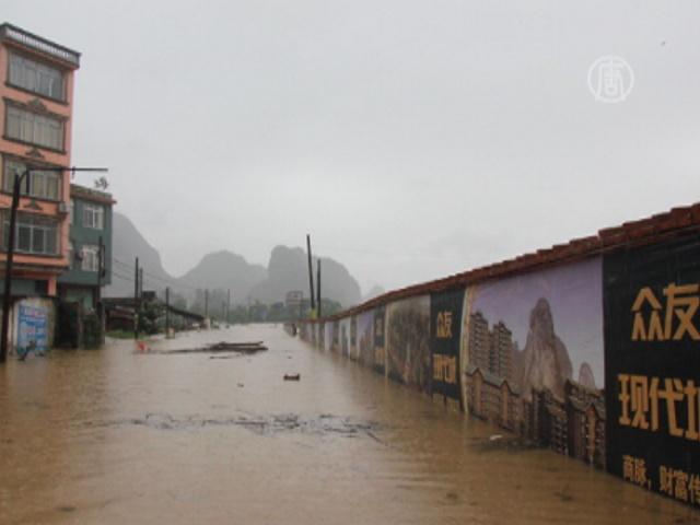 Жители Китая страдают от сильнейшего наводнения