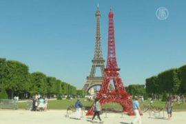 У Эйфелевой башни появился двойник из стульев