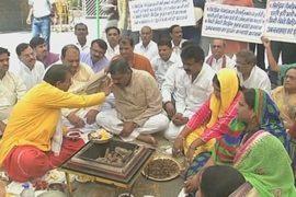 Индийские политики молятся богу дождя