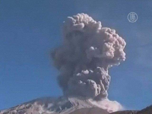 Вулкан Убинас снова напугал перуанцев