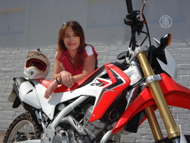 Леди-байкер покоряет земной шар на мотоцикле