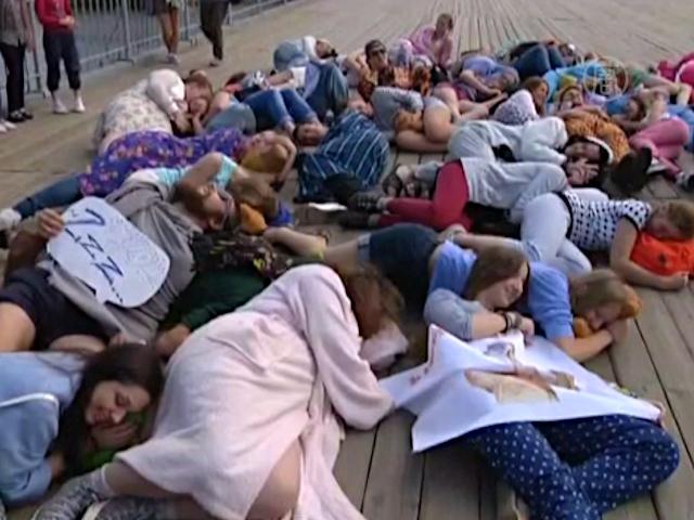 Молодёжь в пижамах прошагала по Петербургу