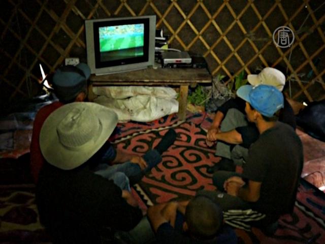 Кыргызские чабаны смотрят футбол в юртах